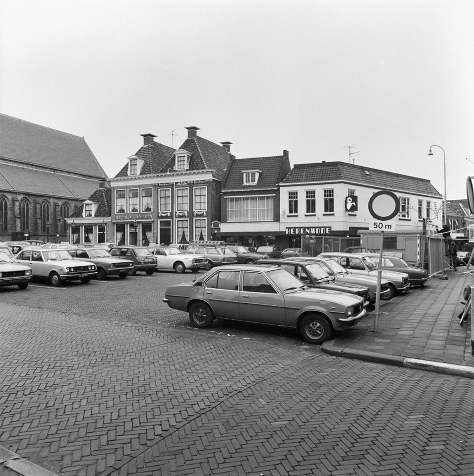 Breedeplaats-1980-met-veel-autos